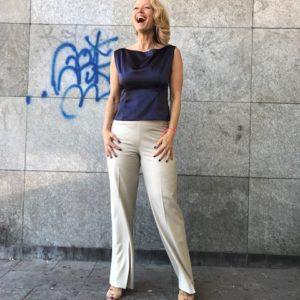 zandkleurige pantalon en donkerblauwe top